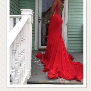 Hi! I'm selling my beautiful red prom dress.